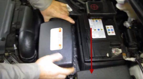 Снимаем крышку воздушного фильтра Киа Сид