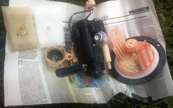Снимаем фильтр грубой очистки топлива Хендай Гетц