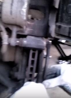 Снимаем передние тормозные колодки Хендай Солярис