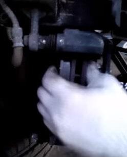 Устанавливаем передние колодки Хендай Солярис