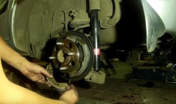 Устанавливаем задние тормозные колодки Хендай Гетц