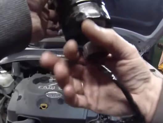 Демонтируем датчик воды из фильтра Киа Спортейдж