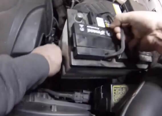 Снимаем аккумулятор Киа Спортейдж