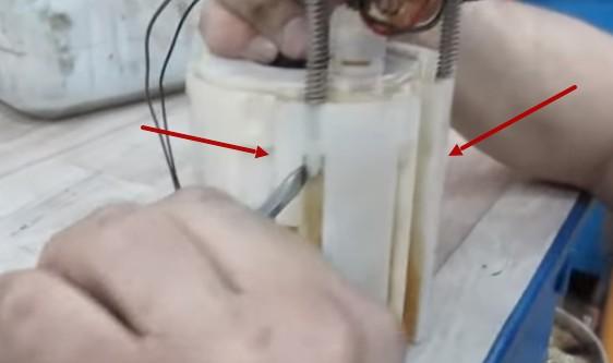 Снимаем верхнюю часть топливного модуля Хендай Солярис