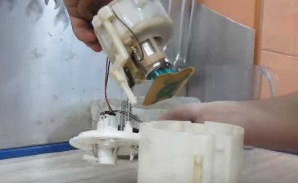 Извлекаем бензонасос с фильтром из нижнего корпуса Хендай Солярис
