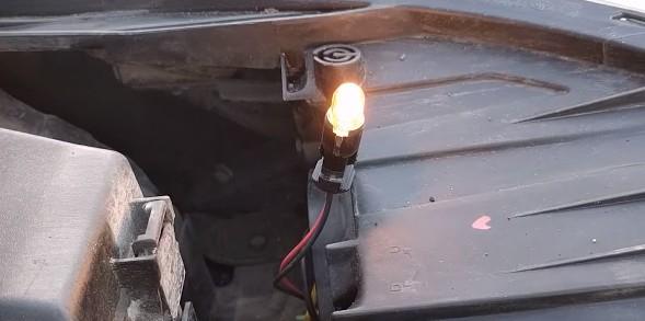 Меняем лампу габаритов Киа Рио 3