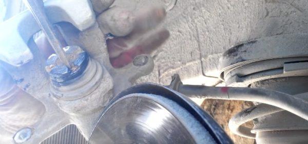 Вкручиваем поршень тормозного суппорта Киа Рио