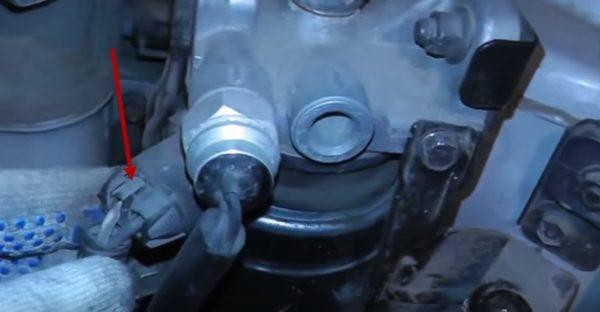 Разъемы датчиков на корпусе топливного фильтра Хендай Туссан
