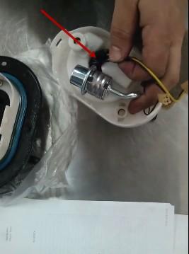 Отключаем фишки питания бензонасоса и уровня топлива Хендай Туссан