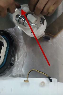 Снимаем заглушку топливо провода и уплотнительное кольцо Хендай Туссан