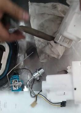 Снимаем датчик указания уровня топлива Хендай Туссан