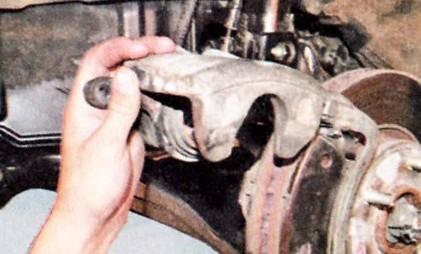 Снимаем металлическую накладку с внутренней колодки Хендай Туссан