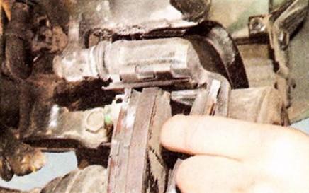 Снимаем задние тормозные колодки Хендай Туссан