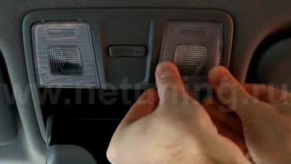 Устанавливаем стекло плафона освещения водителя Хендай Солярис