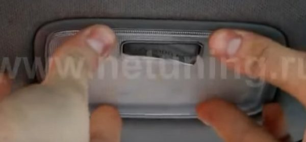 Ставим стекло плафона освещения задних пассажиров Хендай Солярис