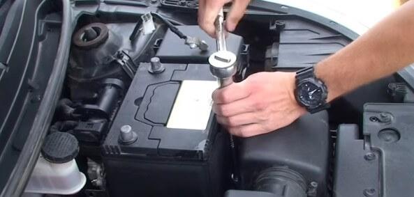Закрепляем аккумулятор Киа Рио