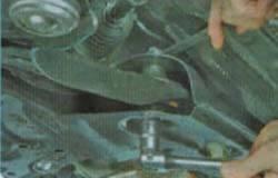 Откручиваем болты крепления переднего рычага Киа Рио