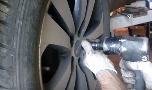 Снимаем колесо Киа Спортейдж