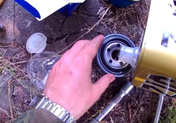 Устанавливаем масляный фильтр двигателя Киа Церато