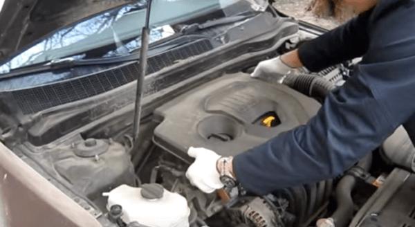 Снимаем декоративную крышку двигателя Киа Оптима