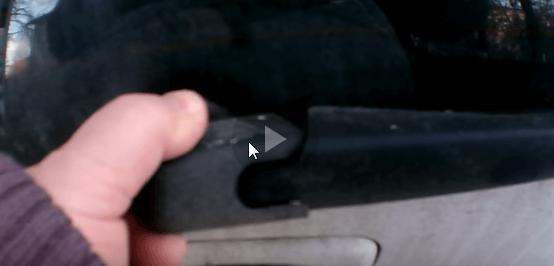 Снимаем пластмассовую защиту гайки поводка Kia Picanto