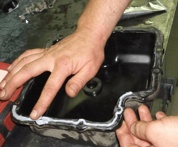 Наносим герметик на поддон АКПП Киа Пиканто