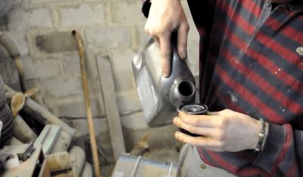Заливаем масло в масляный фильтр Киа Пиканто