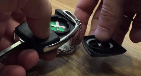 Открываем крышку батарейки ключа Хендай Солярис