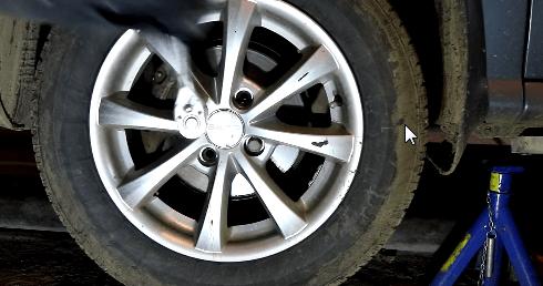 Снимаем колесо Киа Рио