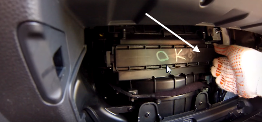 Снимаем крышку салонного фильтра Hyundai Creta