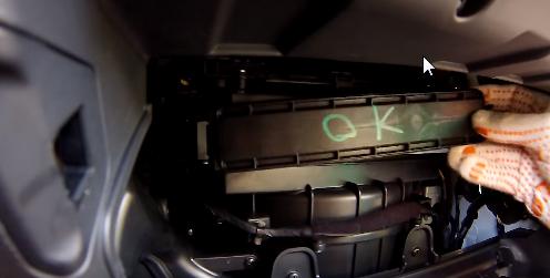 Устанавливаем крышку салонного фильтра Hyundai Creta