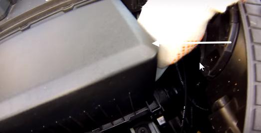 Открываем защелки крепления верхней части фильтр-бокса Хендай Крета