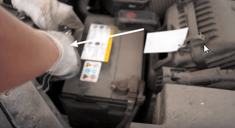 Откручиваем кронштейн крепления аккумулятора Киа Соренто