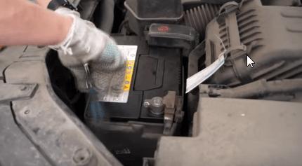 Устанавливаем кронштейн крепления аккумулятора Киа Соренто