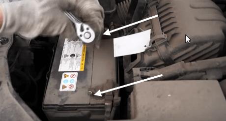 Снимаем клеммы с аккумулятора Киа Соренто