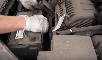 Демонтируем пластиковый кожух с аккумулятора Киа Соренто
