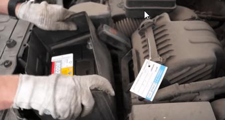 Устанавливаем пластиковый кожух аккумулятора Киа Соренто