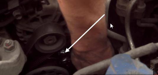 Выкручиваем нижний болт крепления генератора Киа Сид