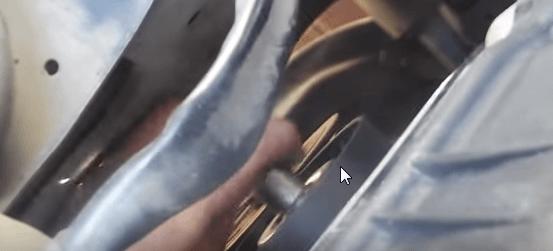 Устанавливаем ролик натяжителя приводного ремня Киа Сид